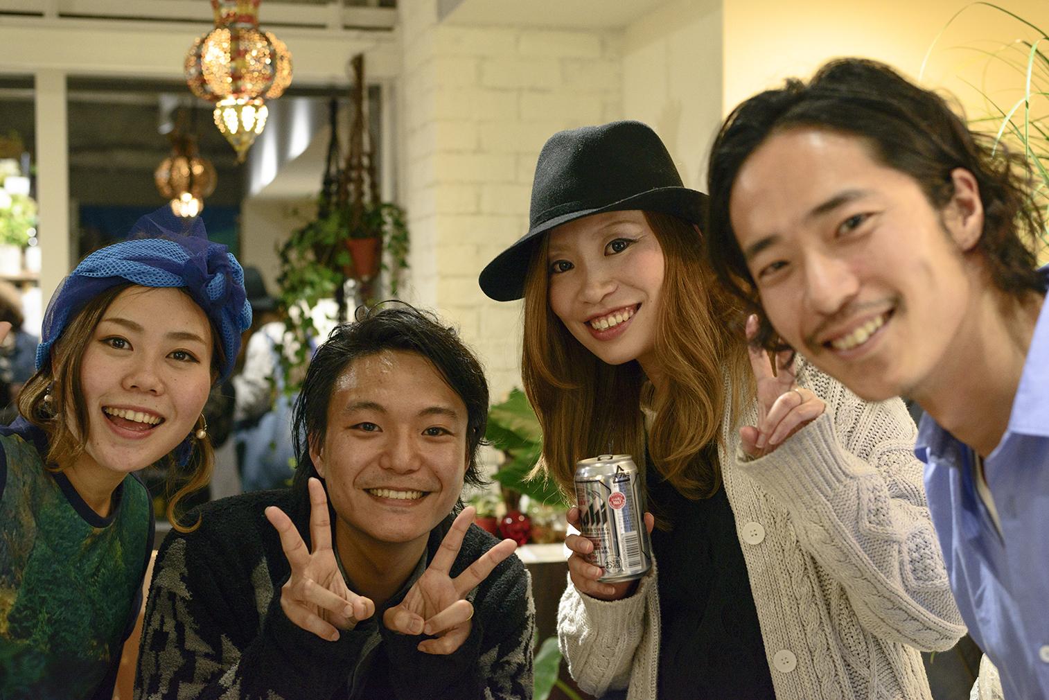 兵庫県神戸市あるおしゃれ美容室UNBRTHDAY KOBEの敏腕美容師オーナーツーニャン、兵庫県神戸市あるおしゃれ美容室UNBRTHDAY KOBEのアシスタント阿部ちゃんと一緒にLighthouse Photoの2人も記念撮影